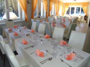 Restavracija, kjer ponujajo poleg klasičnih jedi tudi tipične alpskie jedi, prav tako malice in jedi na žlico.