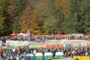 Na otovoritvi skakalnice je bilo več kot 4500 ljudi, ki so vneto navijali in bodrili pogumne skakalce.Otvoritveni skok je imel Primož Peterka, legenda slovenskega skakanja.
