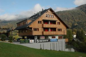 Apart hotel Vijolica obdan z jutranjimi sončnimi žarki in meglicami.
