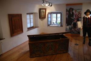 V muzeju je bogata zbirka narodnih noš in originalnih predmetov, ki pričajo, kako zanimivo je bilo včasih življenje Ratečanov.