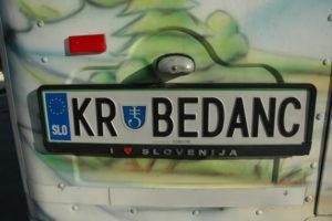 V centru Kranjske Gore nas je najprej pobral starinski avtobus, ki je bil poslikan in z zanimivo registrsko tablico :).
