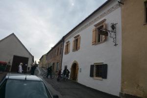 Med kolesarjenjem smo obiskali najstarejšo peninsko hišo v Sloveniji, ...