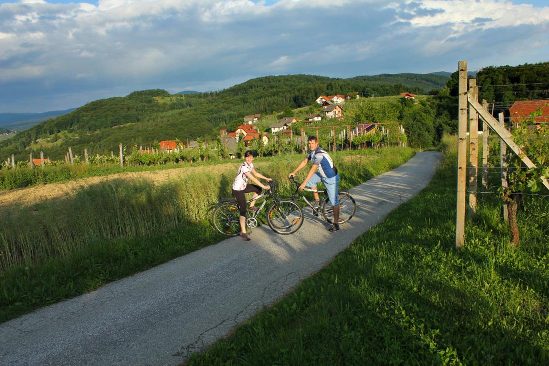 Pozno popoldne pa s sposojenimi kolesi na kratek potep po okoliških gričih, kjer sva uživala v čudovitih razgledih na ostale okoliške griče.