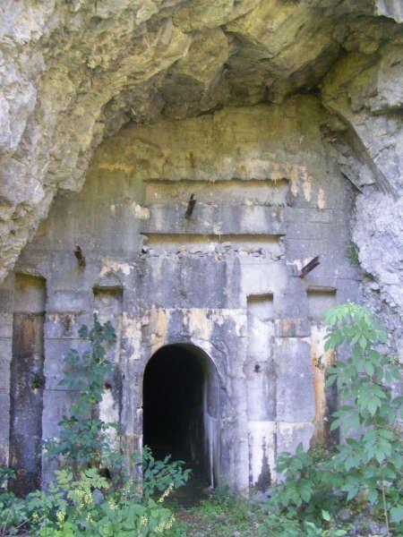 Na tem območju je ohranjenih še nekaj italijanskih vojaških utrdb še iz časa, ko je bilo tukaj obmejno območje.