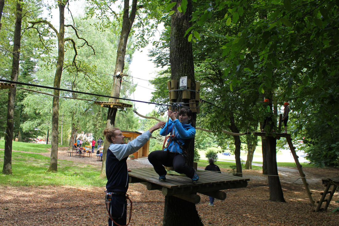 Popoldne sva se podala v Pustolovski park Otočec, kjer inštruktorji v parku najprej vsakega naučijo pravilnega rokovanja z opremo.