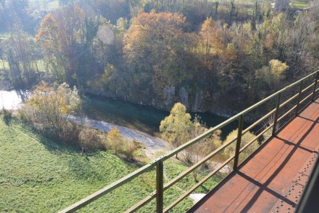 Z veličastnim viaduktom iz kamna in železa, 30 metrov nad vodo, smo prečkali reko Idrijco