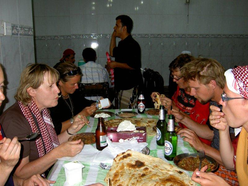 Jemen - večerja v lokalni restavraciji