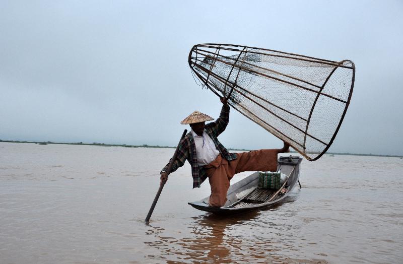 ribič na jezeru Inle