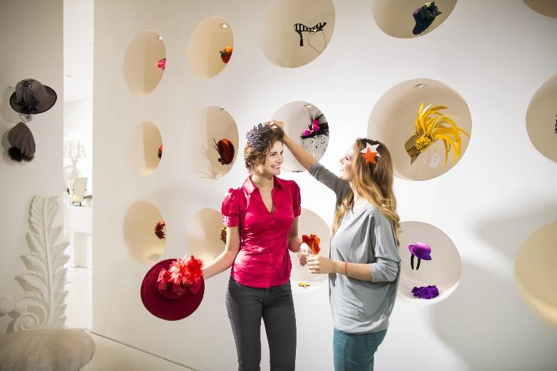 Klobučarska delavnica klobučarke Fione Bennett © visitBerlin, Foto: Dirk Mathesius