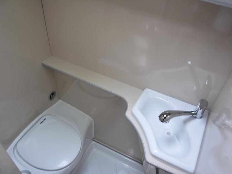 Manjša kopalnica, ki nudi vse potrebno, wc, tuš in umivalnik. Na voljo pa je tudi zunanji tuš na zunanji strani avtodoma.