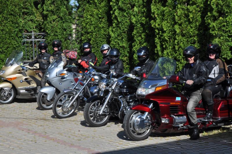 Kosovo - pogled na skupino motoristov
