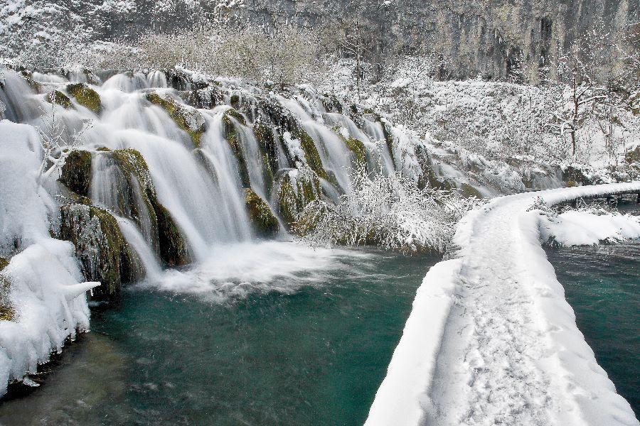Pobeljeni in zaledeneli slapovi, ki jih narava spremeni v prelepe skulpture