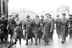 Adolf Hitler med vožnjo v Grajski ulici v Mariboru, kjer ga na Grajskem trgu pozdravlja navdušena množica. Adolf Hitler na Državnem (danes Starem) mostu v Mariboru. Levo od njega je štajerski gauleiter Sigfried Uiberreither. Oboje 26. aprila 1941.