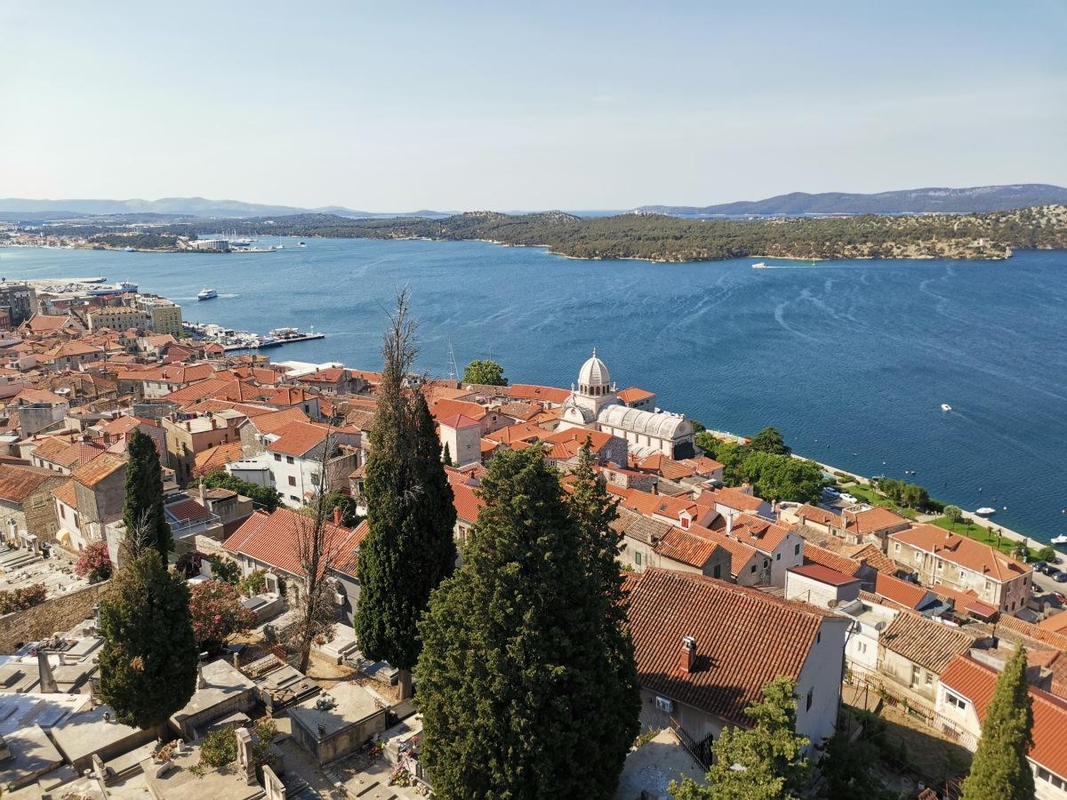 Pogled iz trdnjave sv. Mihovila na center Šibenika in zaliv.